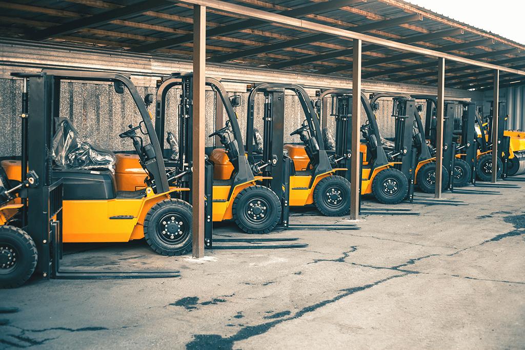 Hjullastare står på rad på företag