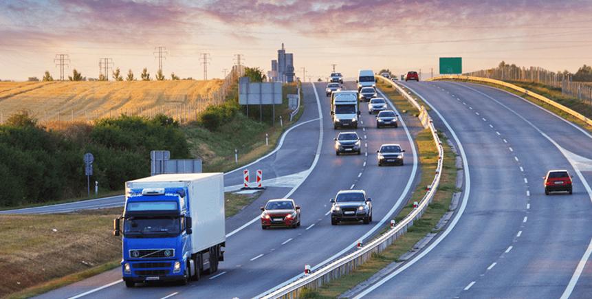 Transportfordon och bilar på en motorväg.